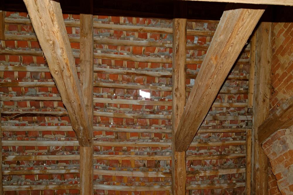 Das Dach und fehlende Ziegel. Gott sei Dank regnet es nicht so viel.