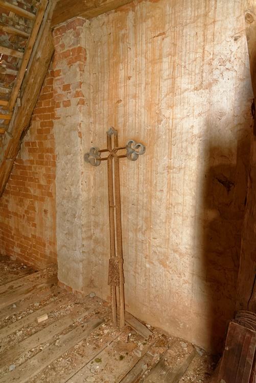 Das Kreuz das einmal das alte Storchennest schmückte