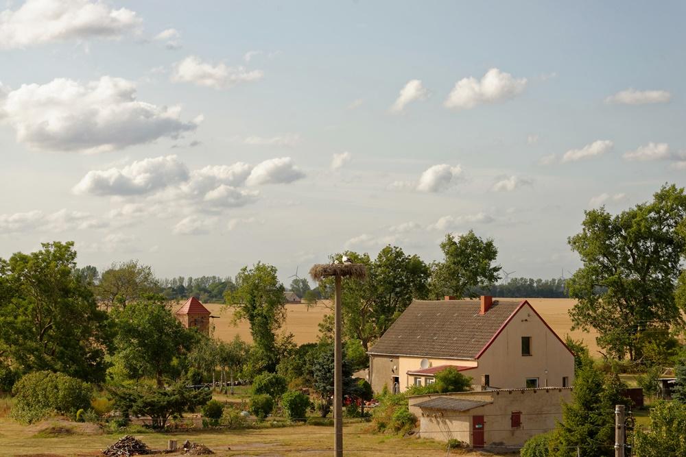 Blick von der Kirche in Wegezin zum Storchennest