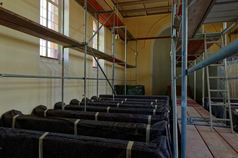 Eingerüsteter Innenbereich der Kirche Wegezin