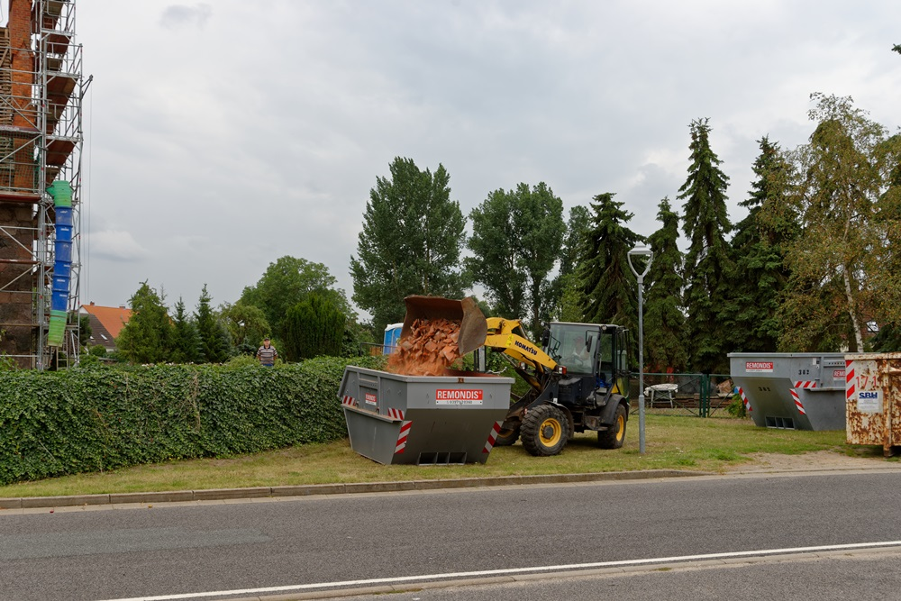 Abtransport der alten Dachziegel in Containern und mit dem Radlader!