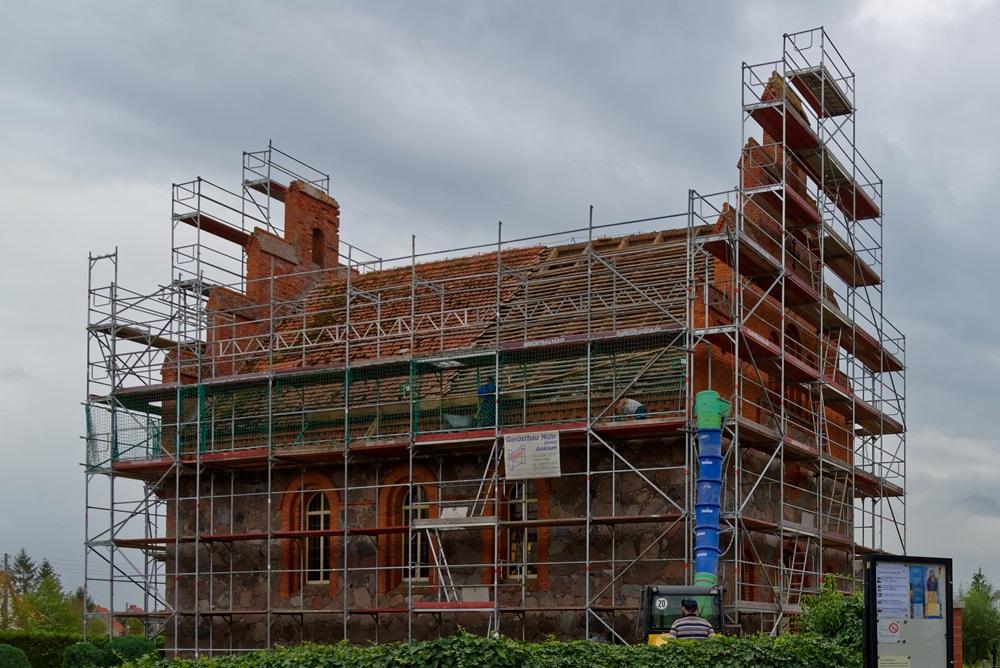 Entfernung der alten Dachziegel und der alten Dachlattung