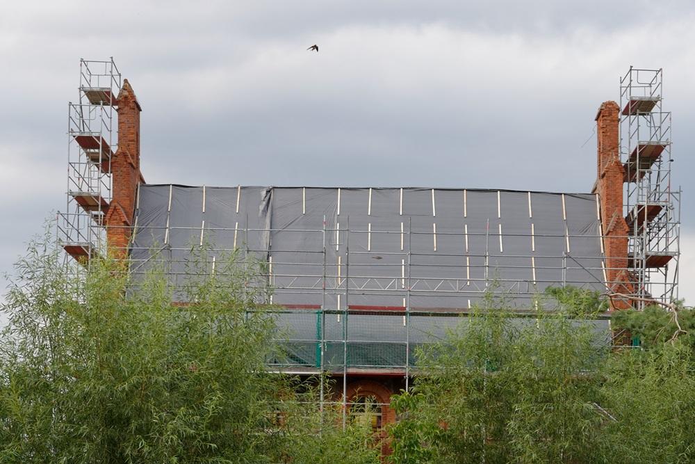 Das Dach ist mit Folie abgedeckt und gesichert!