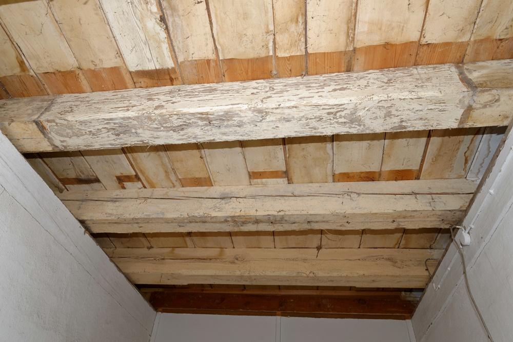 Das Gebälk der Empore im Eingangsbereich freigelegt