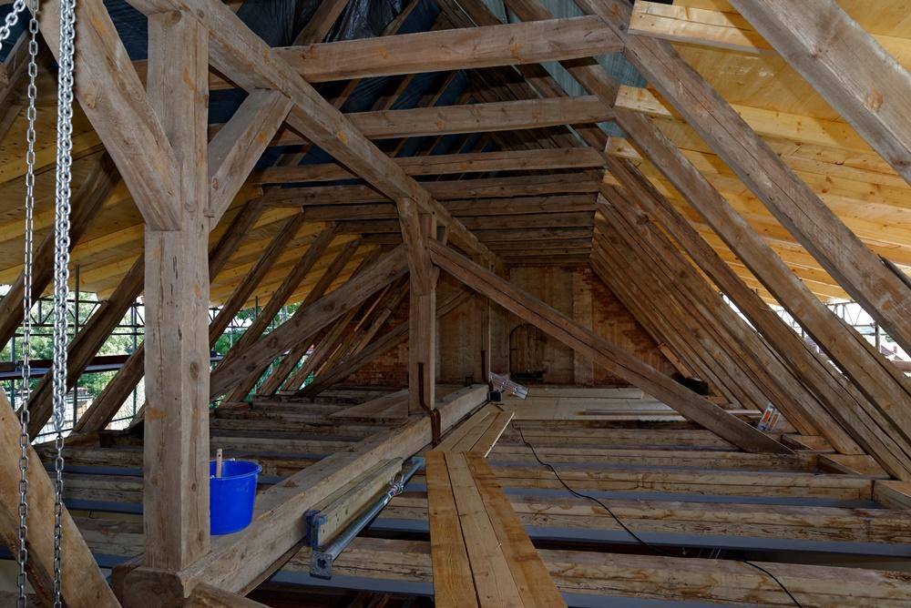 Das nun saubere Gebälk des Dachstuhls der Kirche in Wegezin