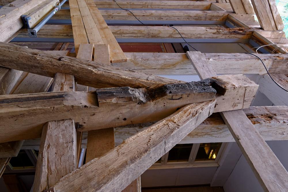 Ein Teil des Tragegerüstes für die 2. Glocke in der Kirche in Wegezin