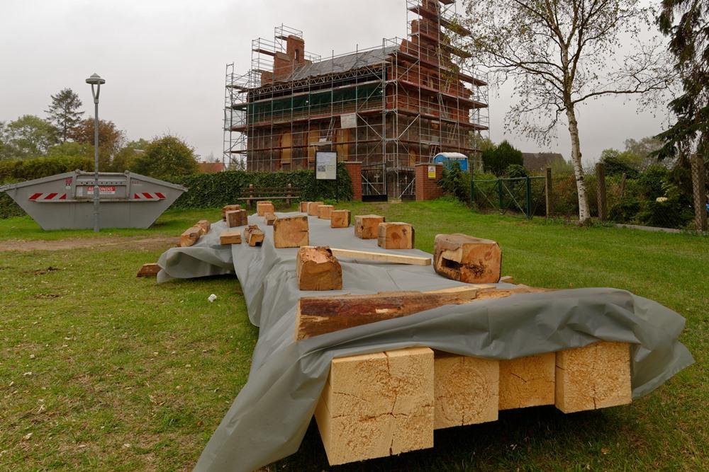 Dekorativ mit abgesägten Balkenköpfen werden die neuen Balken geschützt