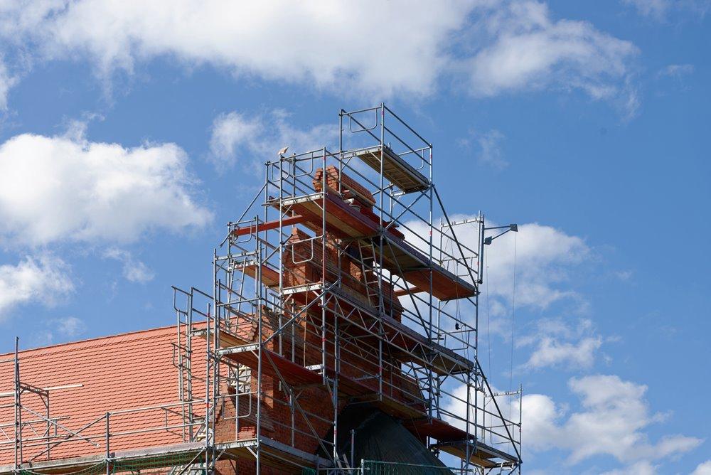 Die Türmchen und Aufbauten über der Apsis werden saniert
