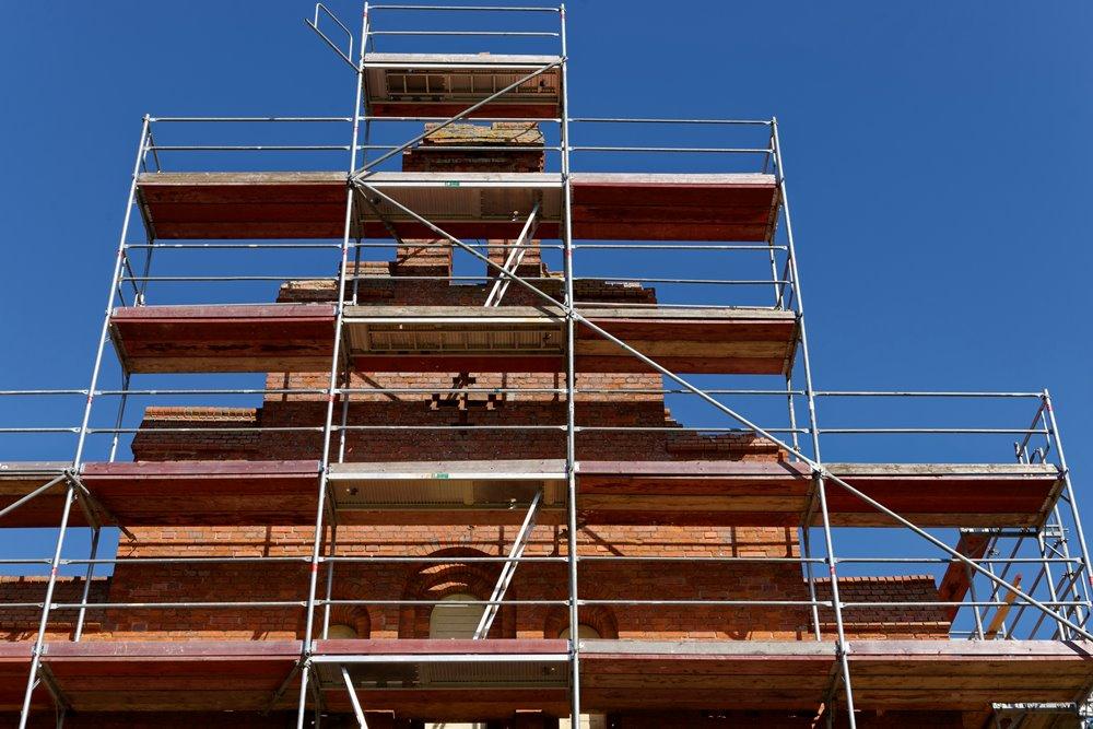 Der Aufbau über dem Eingang wird saniert