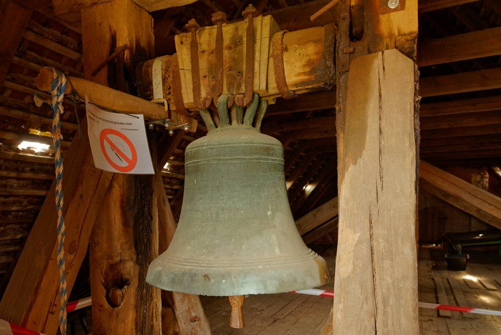 Glocke der Kirche in Wegezin vor der Sanierung am alten Joch