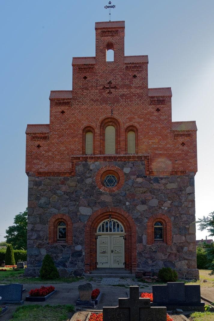 Westportal der Kirche in Wegezin