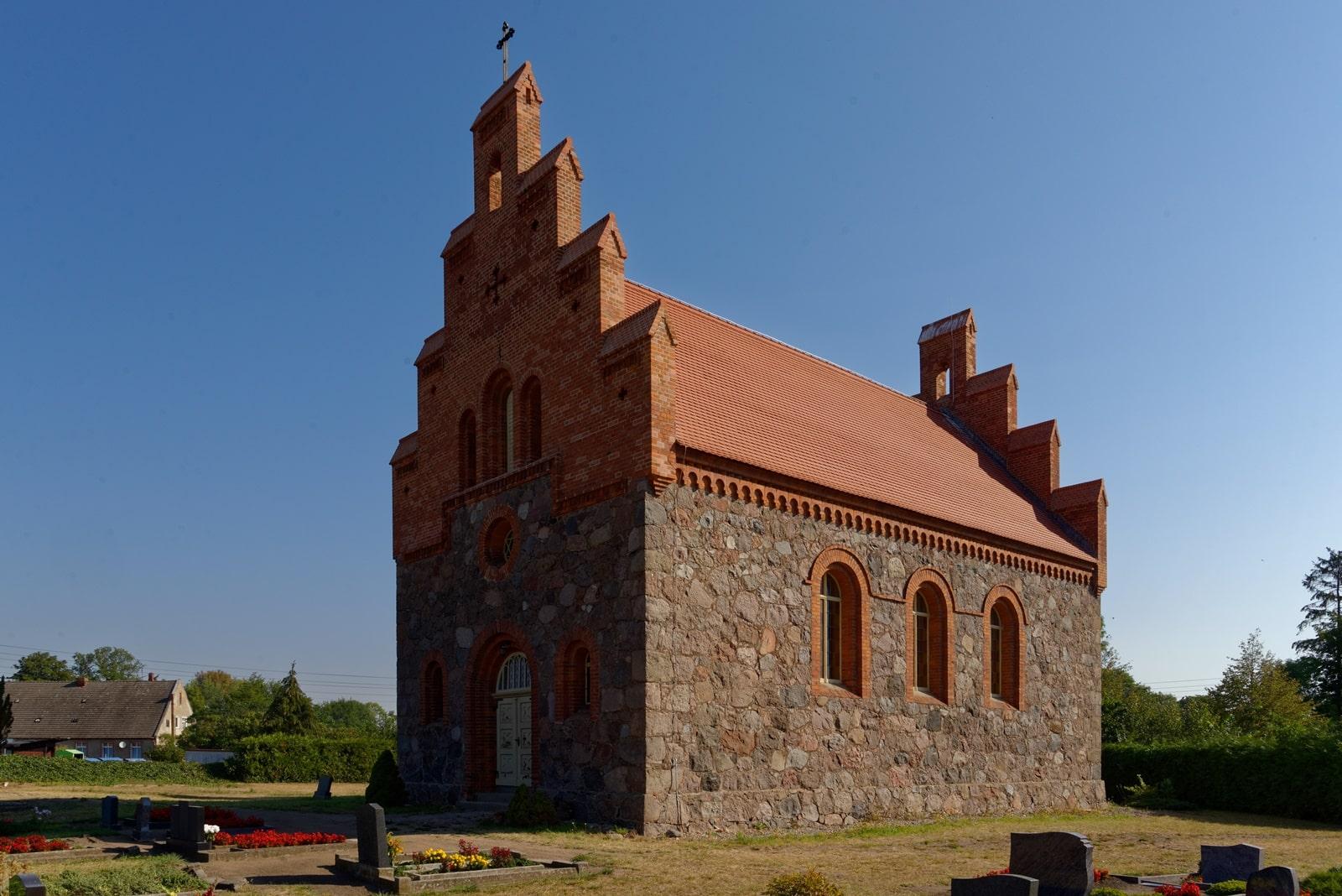 Westportal und Südseite der Kirche in Wegezin