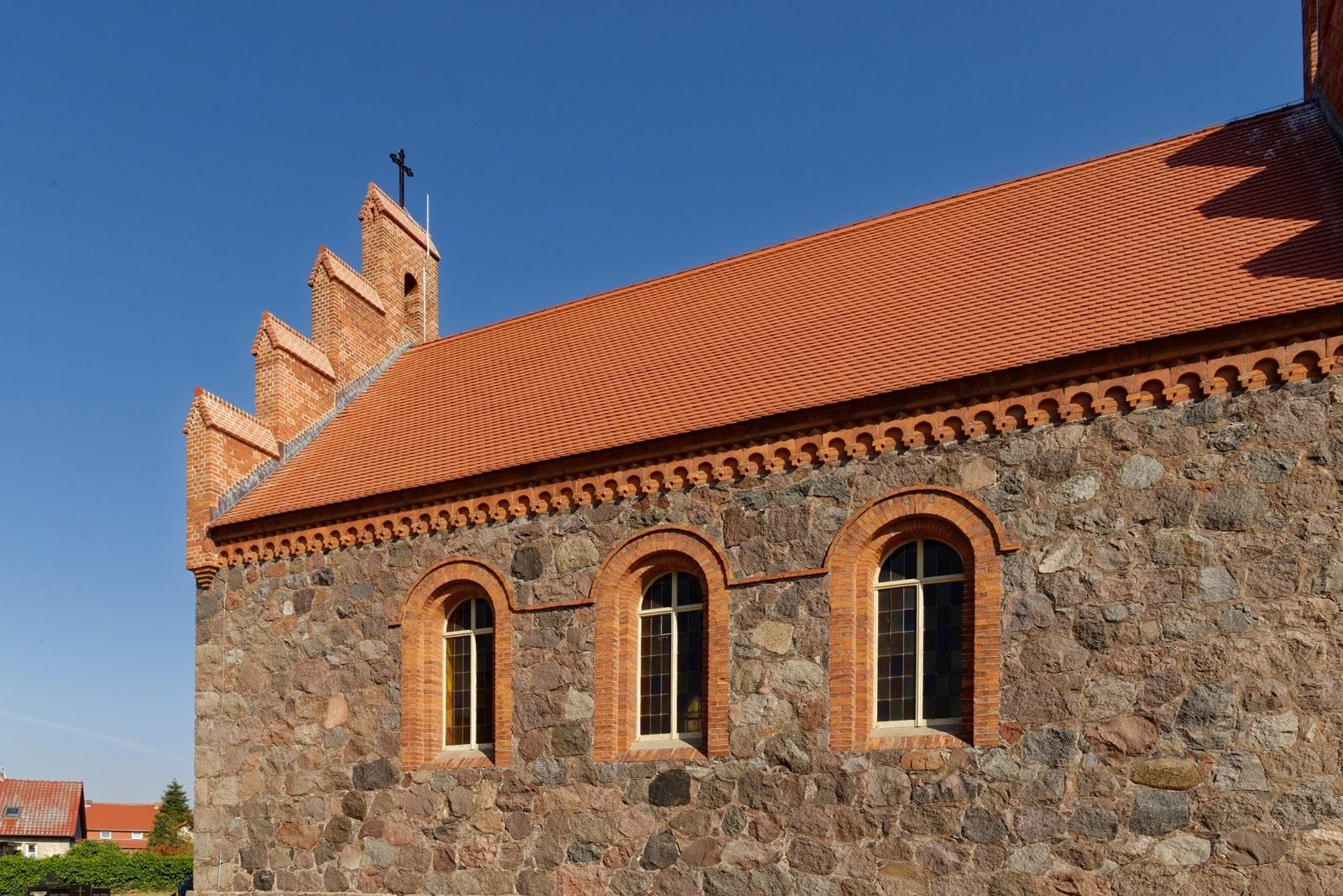 Südseite der Kirche in Wegezin mit neuem Kreuz