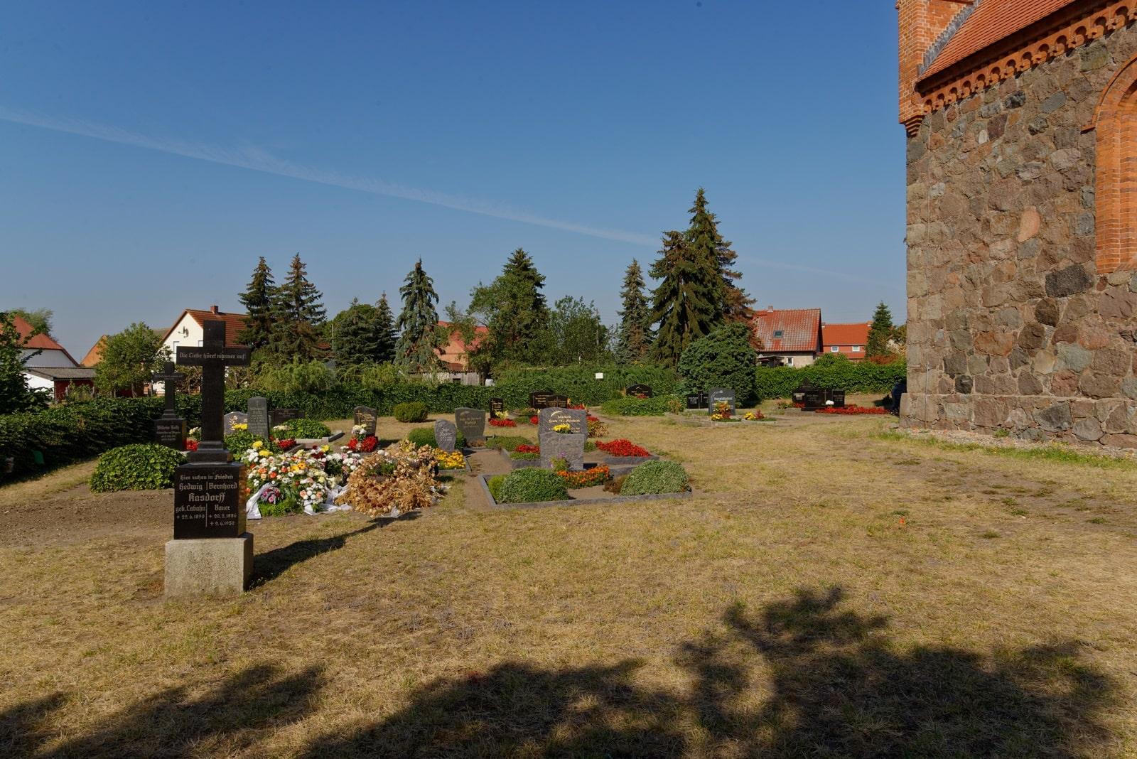 Friedhof in Wegezin auf der Südseite der Kirche