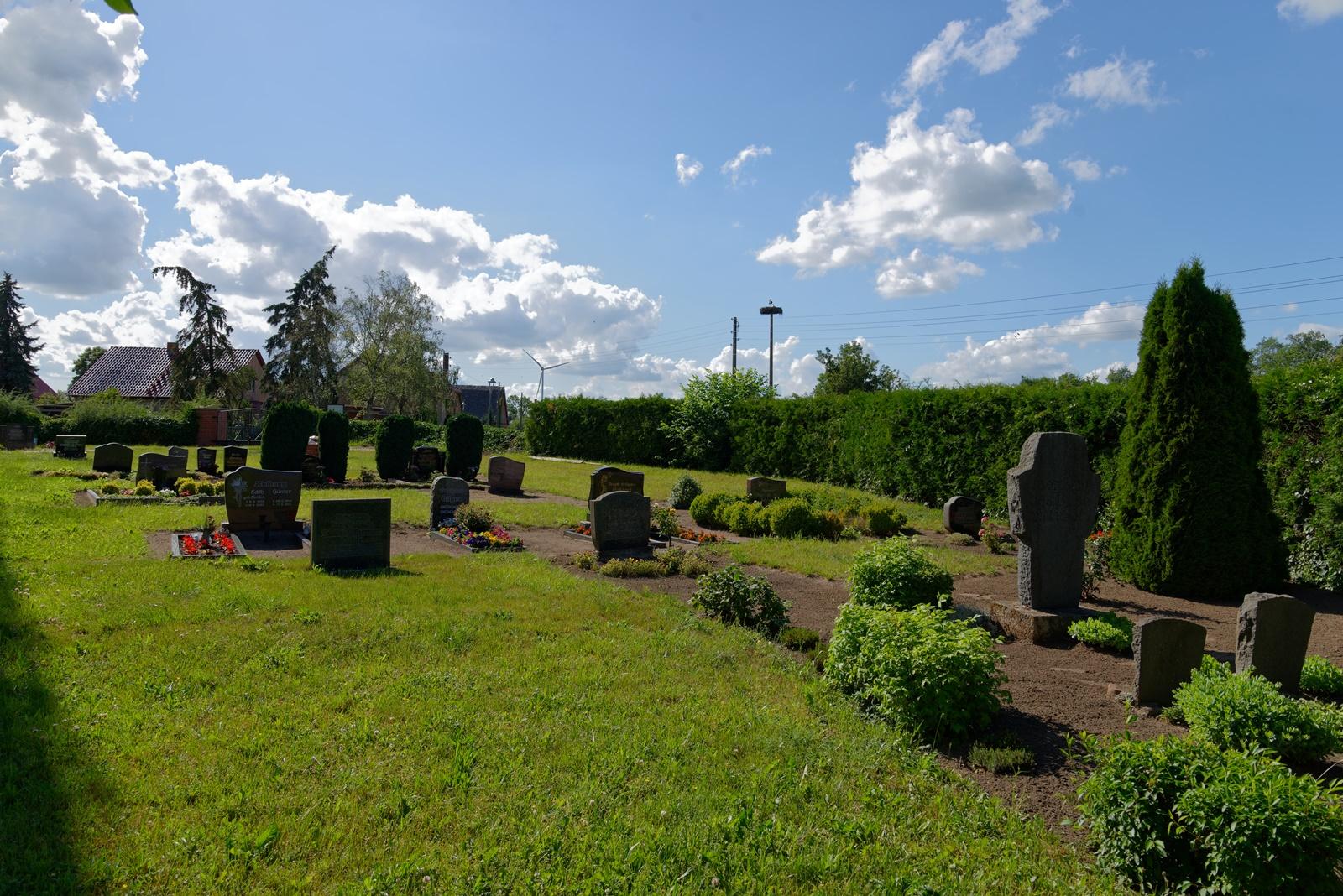 Friedhof in Wegezin auf der Nordseite der Kirche am 22. Juni 2020