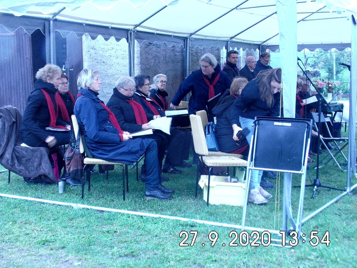 Der Chor platziert sich zum Festgottesdienst