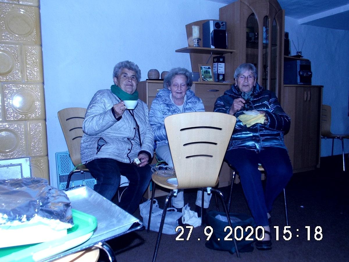 3 Freundinnen beim Kaffeeplausch im Dörphus
