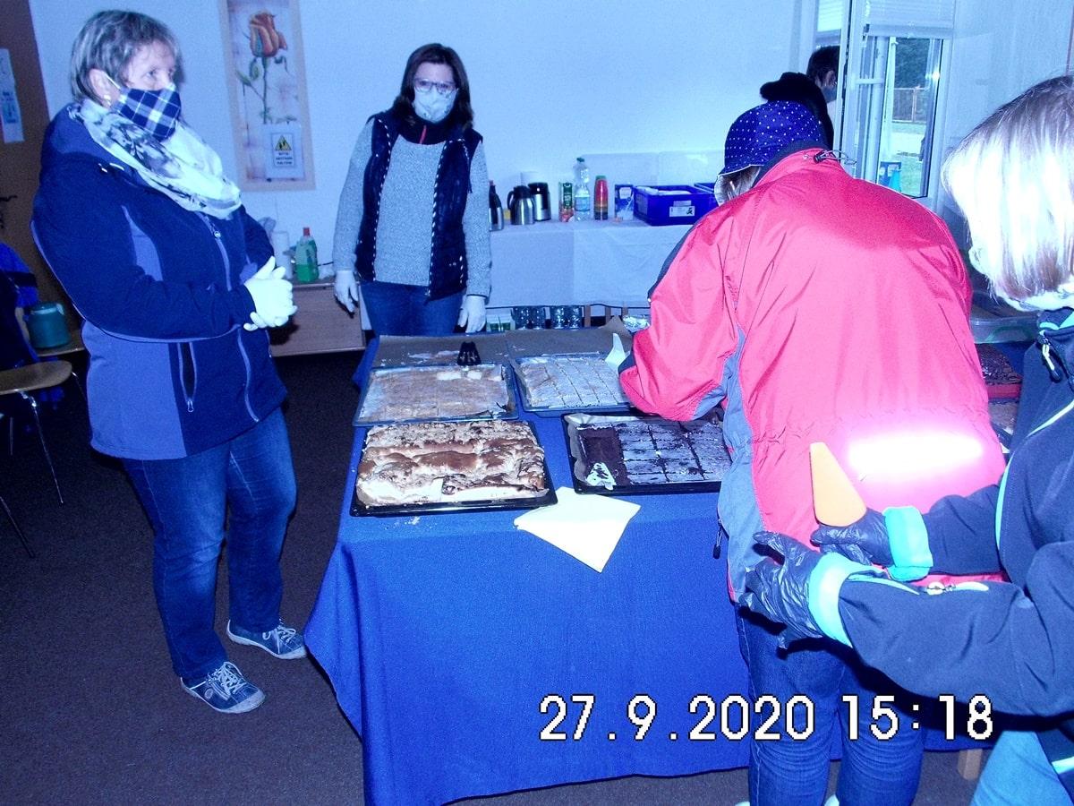 Selbstgebackener Kuchen und Kaffee stehen im Dörphus bereit