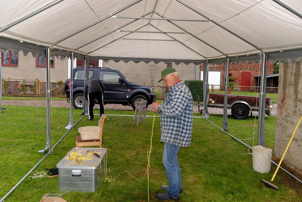 Sortieren der Spannseile beim Aufbau der Zelte zum Festgottesdienst