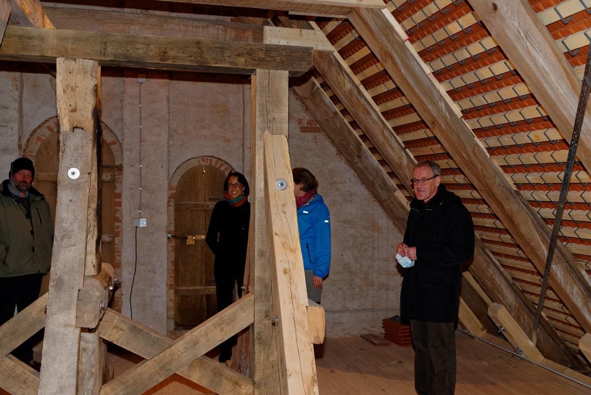 Ronald Schulz mit Gästen beim Rundgang durch das neue Dachgestühl der Kirche in Wegezin