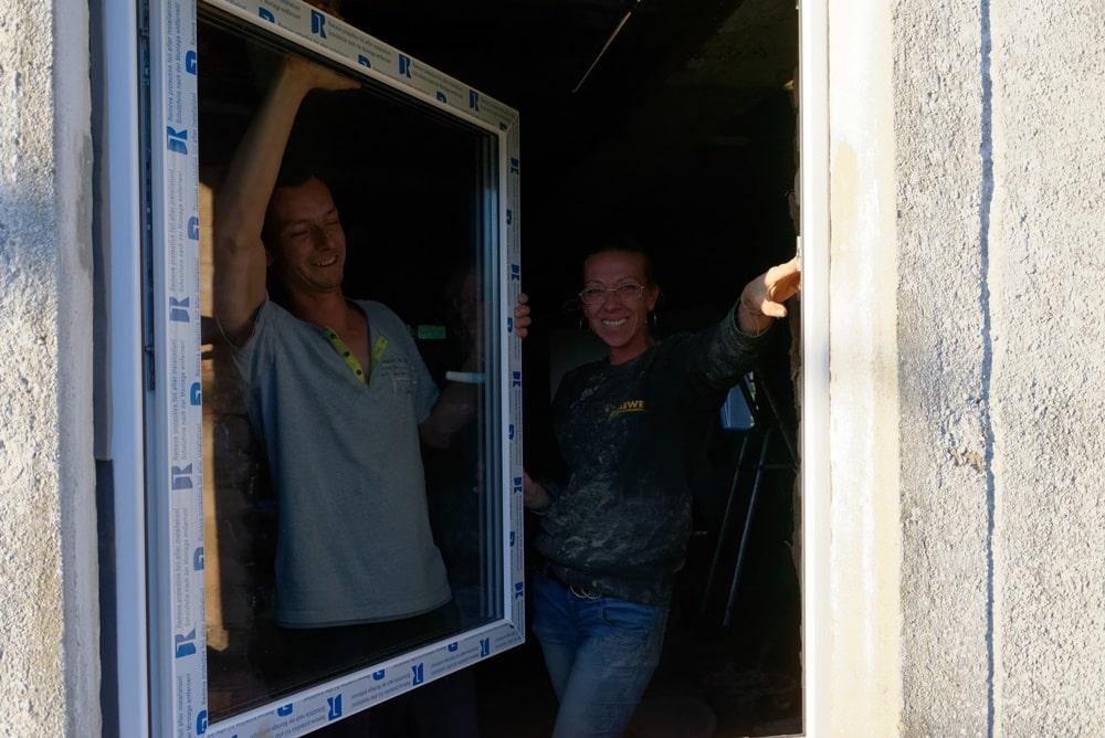 Unsere 2 Renovierungsspezialisten setzen neue Fenster